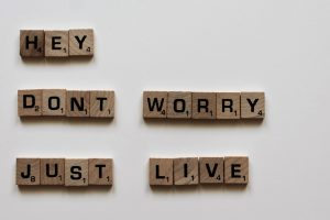 "Immagine con didascalia ""Hey, don't worry, just live""."