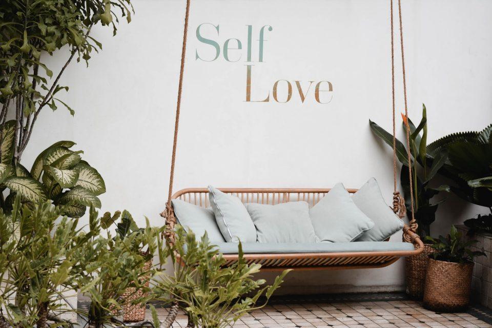 Immagine decorativa con scritta Self-love per l'articolo riflessioni per esercitare il self-love